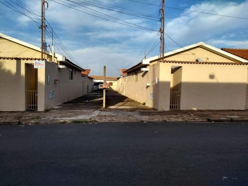 Imagem de Terreno (24x46) metros. São 08 casas todas alugadas. Renda de 4400 reais.