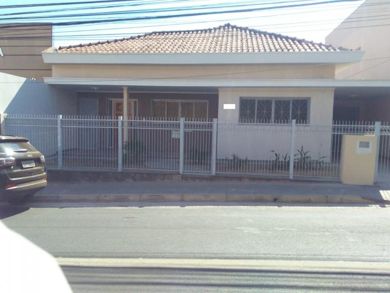 Imagem de Casa a 03 quadras do centro, com terreno (11x25) metros com 03 dormitórios. Aceita -se troca com imóvel de menor valor.
