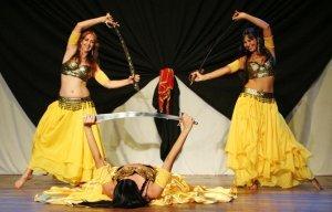 Dançarinas com espadas