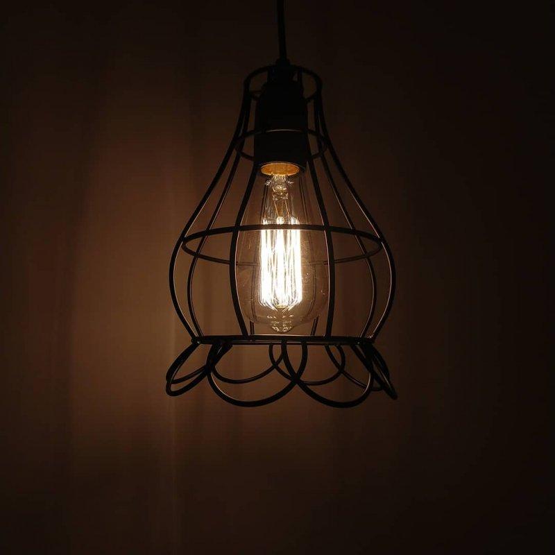 Imagem de Instalação de um pendente rústico com lâmpada vintage retrô com filamento de carbono