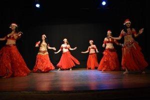 Dançarinas com vestidos vermelhos